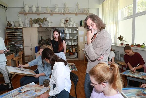 Никас Сафронов вручил дипломы юным сочинским художникам